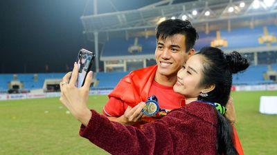 Dàn bạn gái xinh đẹp chúc mừng các tuyển thủ khi vô địch AFF Cup