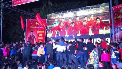Làng quê Duy Mạnh 'quẩy' tưng bừng sau chức vô địch AFF Cp 2018