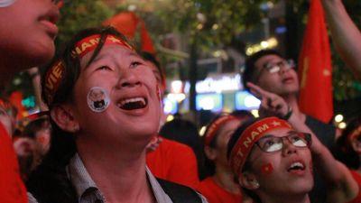 Fan nữ bật khóc vì đội tuyển Việt Nam vô địch AFF Cup