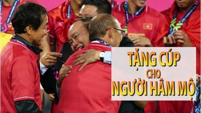 HLV Park tặng cúp vàng cho CĐV, vui vì Việt Nam - Hàn Quốc khắng khít hơn