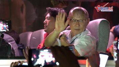 Thầy Park và học trò hớn hở vẫy tay chào người hâm mộ trước khi rời Mỹ Đình