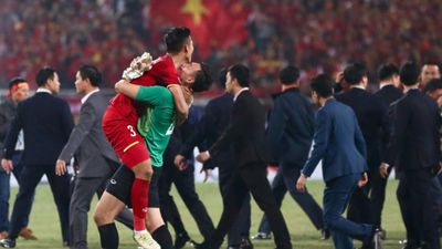Cảm động với những hình ảnh khóc -cười mừng vô địch của tuyển Việt Nam