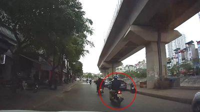 Không quan sát, lái xe máy 1 tay và cái kết khiến nhiều người 'phát điên'