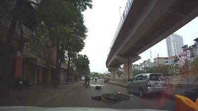 Phẫn nộ thanh niên vừa lái xe vừa nhắn tin gây tai nạn cho người đi đường