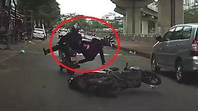 Clip: Lái xe máy bằng 1 tay, không quan sát đường và cái kết khiến người xem 'sôi máu'