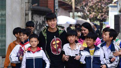 Trẻ em nơi quê nhà bám theo 'thần tượng' Đỗ Duy Mạnh sau AFF Cup