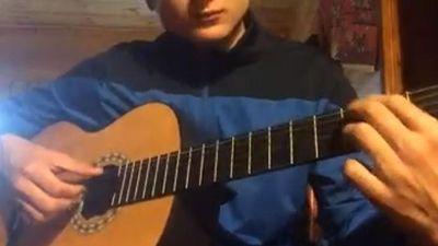Lâm Tây vừa chơi guitar vừa thể hiện giọng hát ngọt ngào