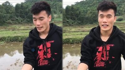 Bùi Tiến Dũng khiến fan trầm trồ khi trổ tài bắt lươn sau AFF Cup 2018