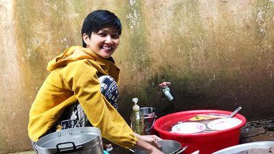 Hình ảnh đi chợ, rửa bát, nấu cơm của H'Hen Niê gây sốt cộng đồng quốc tế