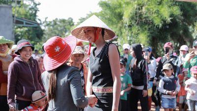 Hoa hậu H'hen Niê dành hết 600 triệu đồng tiền thưởng cho buôn làng Ê-Đê