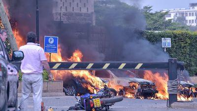Ô tô bốc cháy, người dân tháo chạy trong vụ tấn công khủng bố ở Kenya