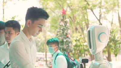 Sinh viên ở TP.HCM chế tạo robot tư vấn tuyển sinh