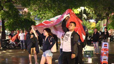 Cổ động viên đội mưa mừng chiến thắng của đội tuyển Việt Nam