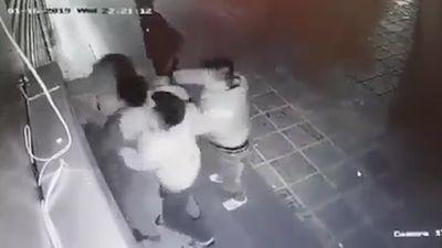 Cô gái trẻ bị 2 thanh niên đấm đá túi bụi