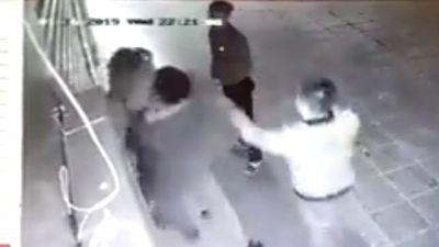 Clip 2 kẻ cầm thú ở Hà Nội sàm sỡ rồi đánh cô gái bất tỉnh