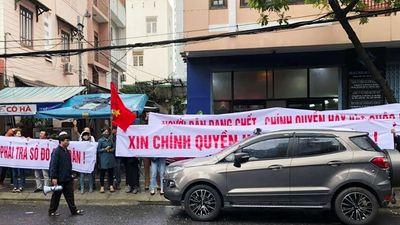 Đà Nẵng: Hàng trăm người dân tập trung tại trụ sở Bách Đạt Corp, tố chủ đầu 'bẻ kèo'