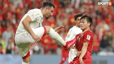 Thấy Quang Hải bị cầu thủ đối phương đạp mạnh vào bụng, Công Phượng phản ứng gay gắt và ánh mắt tức giận của HLV Park Hang Seo