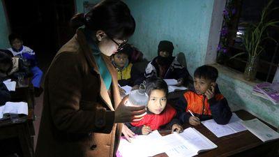 Giáo viên cầm đèn tích điện dạy trẻ vùng cao