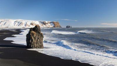 Bí ẩn bãi biển cát đen và con quỷ kéo thuyền tại Iceland