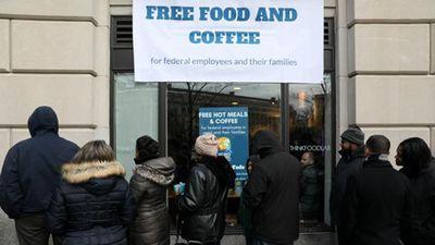 Nhân viên liên bang Mỹ xếp hàng nhận đồ ăn miễn phí