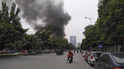 Hà Nội: Cháy lớn trên đường Nguyễn Văn Huyên, người dân hoảng hốt tháo chạy