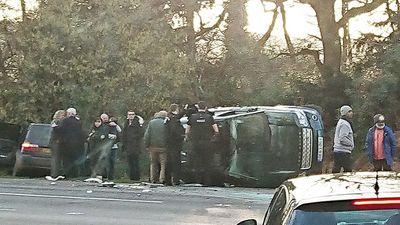 Va chạm giao thông, xe chở Hoàng thân Anh Philip lật nghiêng