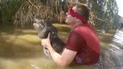 Thử thách mạo hiểm, bịt mắt bắt cá sấu dưới đầm lầy