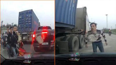 Đầu trần kẹp 3 trên xe máy, tạt đầu ô tô còn gây sự với tài xế ở Hà Nội