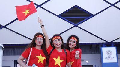 Cổ động viên nữ tiếp lửa cho tuyển Việt Nam trước Jordan