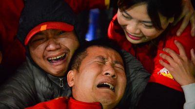 Cổ động viên khóc ngất khi đội tuyển Việt Nam giành vé vào tứ kết