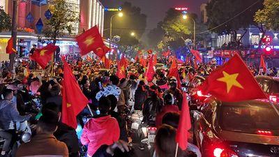 Hàng nghìn người ra đường cổ vũ tuyển Việt Nam lọt vào tứ kết