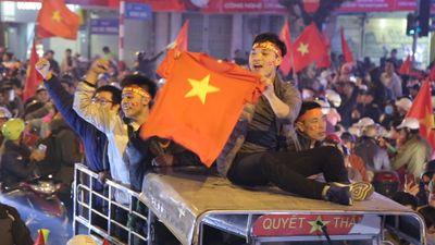 Người hâm mộ xuống đường ăn mừng chiến thắng