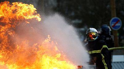 Hình ảnh biểu tình dữ dội trên khắp nước Pháp tuần thứ 10