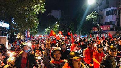 CĐV cả nước xuống đường mừng đội tuyển Việt Nam