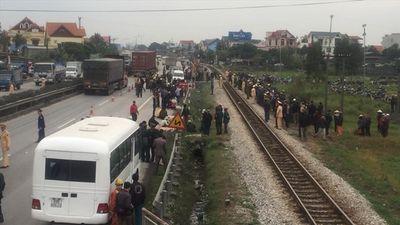 Hiện trường xe tải đâm đoàn người đi viếng nghĩa trang, 8 người chết