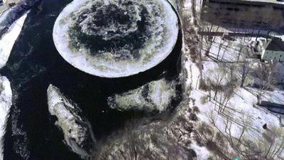 Vòng tròn băng khổng lồ như đĩa bay UFO lộ diện trên sông Mỹ