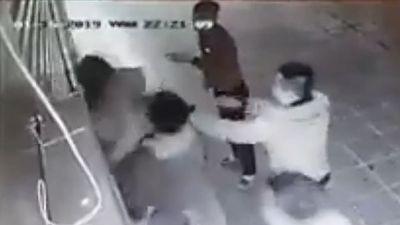 Vụ cô gái bị nhóm thanh niên đánh dã man: 'Con tôi vẫn rất hoảng loạn'