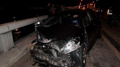 Toyota Vios đâm văng Mazda CX-5 xuống biển