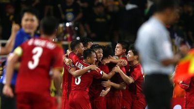 Minh Vương vò đầu bứt tóc vì sút hỏng quả đá penalty, Xuân Trường liền an ủi: 'Anh chỉ làm cho trận đấu thêm phần kịch tính tí thôi'