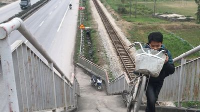 Cầu đi bộ dẫn thẳng xuống lòng đường ở nơi xảy ra tai nạn 8 người chết