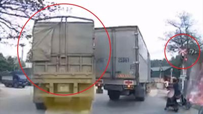Container cố vượt lên dù đèn đã báo tàu hỏa sắp tới
