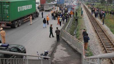 Tai nạn thảm khốc 8 người chết ở Hải Dương: Lỗi cầu vượt đi bộ?
