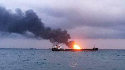Nổ, hỏa hoạn trên hai tàu dầu gần Crimea