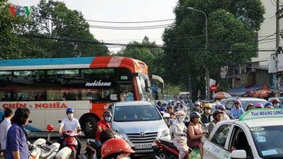 TPHCM: Xe khách ngang nhiên đón khách giữa phố