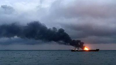 Không còn cơ hội tìm thấy người sống sót trên 2 tàu bốc cháy ở eo biển Kerch