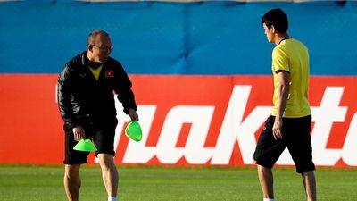 Thầy Park tự tay xếp đồ tập cho tuyển Việt Nam trước trận gặp Nhật Bản