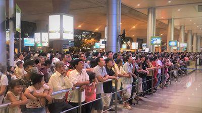 Nửa đêm sân bay Tân Sơn Nhất kín người đón Việt kiều về ăn Tết