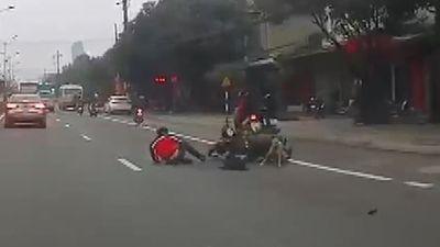 Chó thả rông lao sang đường khiến người đi xe máy ngã văng ra