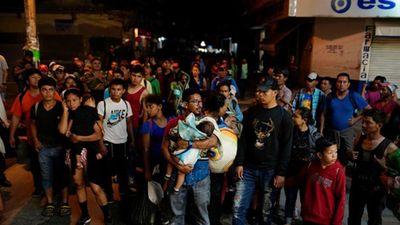 Cận cảnh đoàn người di cư vượt ngàn dặm 'chạm mốc' Mexico