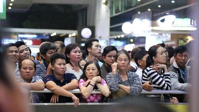 'Biển người' đón Việt Kiều ở sân bay Tân Sơn Nhất lúc nửa đêm